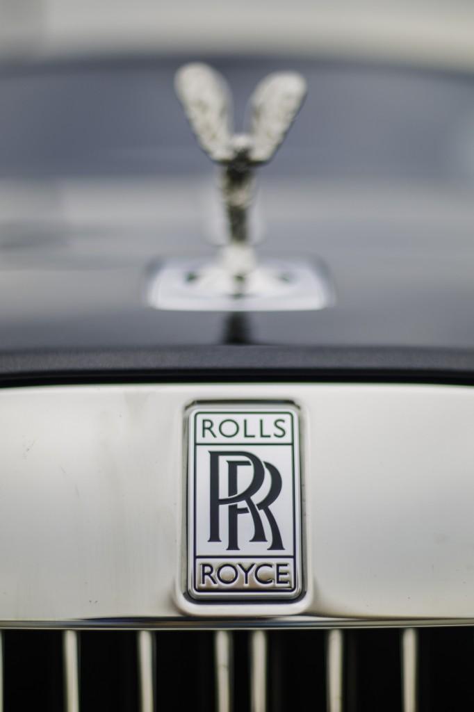 2015_Rolls-Royce_Wraith_Silver_Black_015