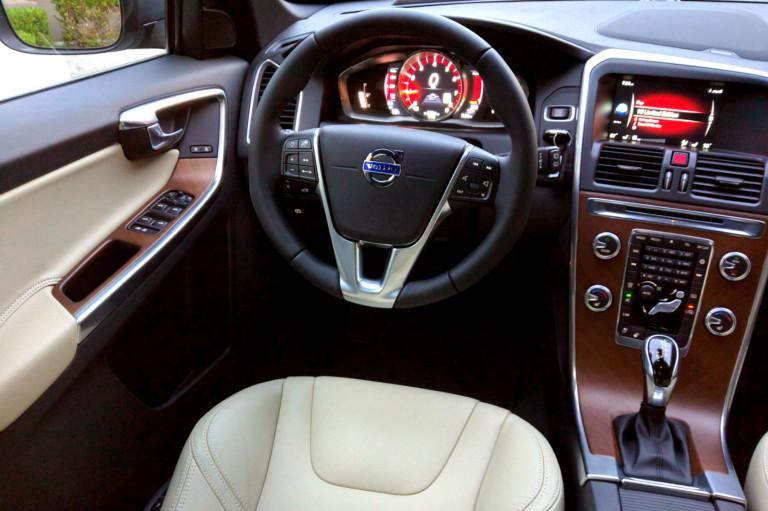 2016_Volvo_XC60_T6_AWD_004
