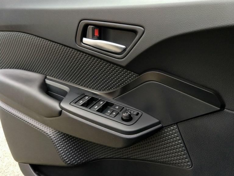 2018-Toyota-C-HR-XLE-Premium-006